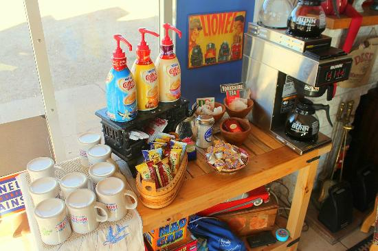 Blue Swallow Motel: Excellent coffee and breakfast biscuits are served each morning in the lobby in our special mugs