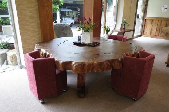 Mikado Annex: 屋久杉のテーブル