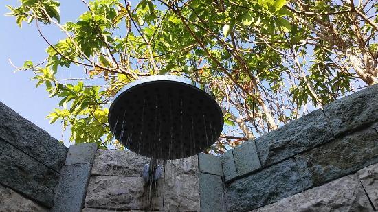 Sunset Villas: Open air shower