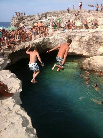 Piscina naturale foto di grotta della poesia roca - Piscina naturale puglia ...