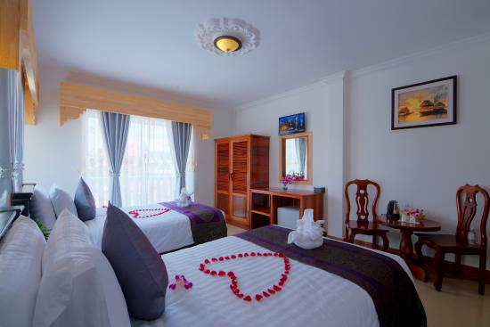 Tareach Angkor Villa : Superior Twin with balcony and pool view.