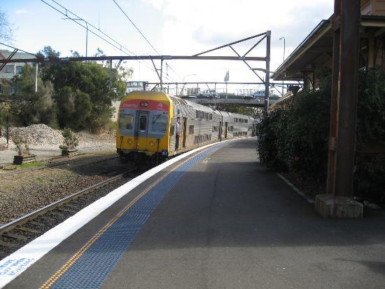 Echo Point Park: カトューンバ駅のホームとシドニーから乗ってきた列車