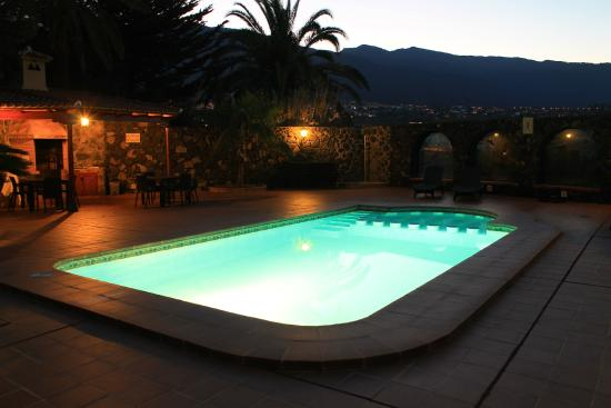 Villas Los Pajeros: Pool at twilight