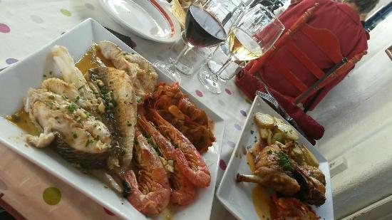 Basque Country, Francia: Parillada de poissons à plancha... Agneau de lait du pays au four... excellent autant dans l'ass