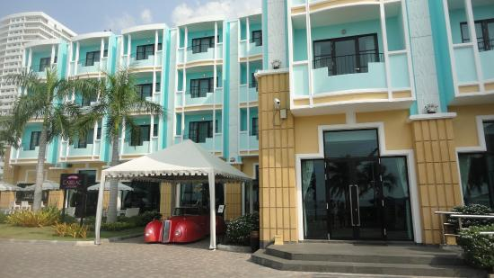 Wave Hotel: Front of hotel