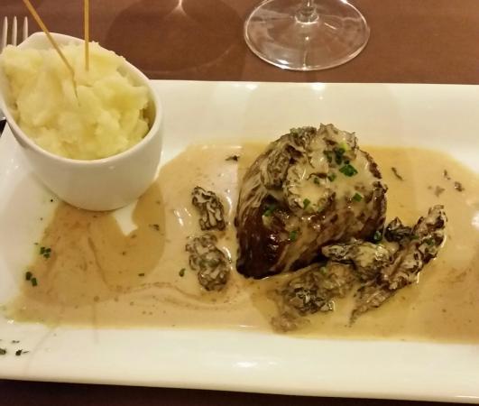 Passenans, France: Filet de boeuf, sauce vin jaune d'Arbois et morilles