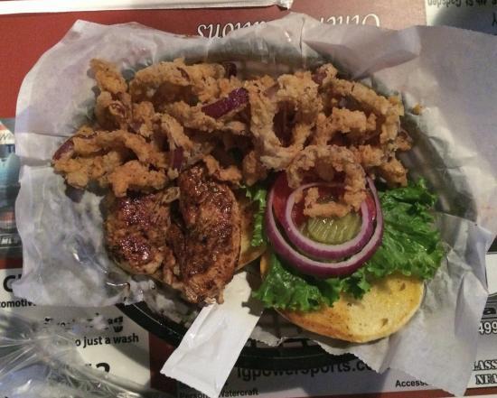 Boaz, Алабама: Jerk Chicken Sandwich Plate with Onion Straws