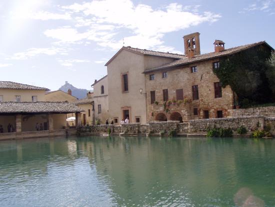 La chiesa di sann giovanni battista foto di terme bagno - Dormire a bagno vignoni ...