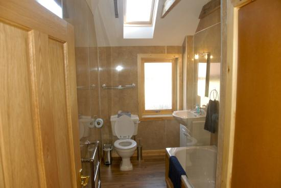 Orphir, UK: Croft House-family bathroom with tub & shower