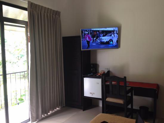 Hotel Green House: Guada ropa, refregerador, coffemaker y escritorio