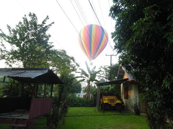 Chez Mango: Attention les lieux d'atterirassages des montgolfières changent toujours (ici proche Mango)