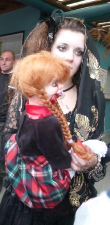 Les Avenieres, Fransa: La petite-fille et sa poupée (Halloween 2011)