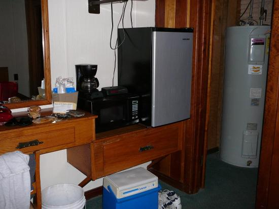Grider Hill Dock Indian Creek Lodge: Appliances jammed onto desk