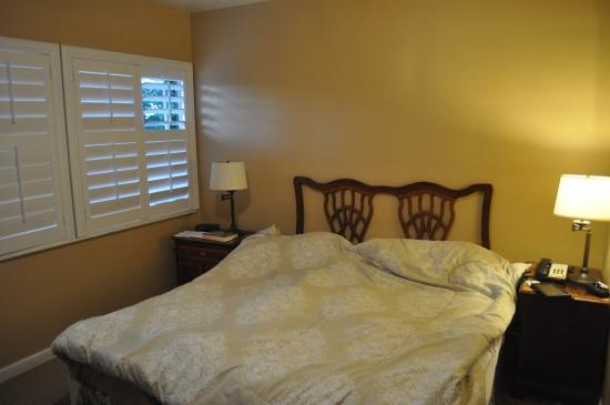 Carmel Wayfarer Inn : King sized bed, not comfortable for my back though