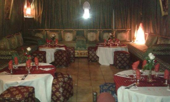 Notre typique salon marocain picture of restaurant les for Porte de salon marocain