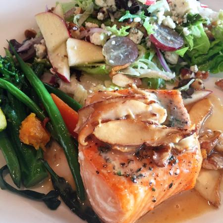Bow, วอชิงตัน: Perfectly prepared King Salmon with Chantrelle Mushrooms, Veggies and a side salad.