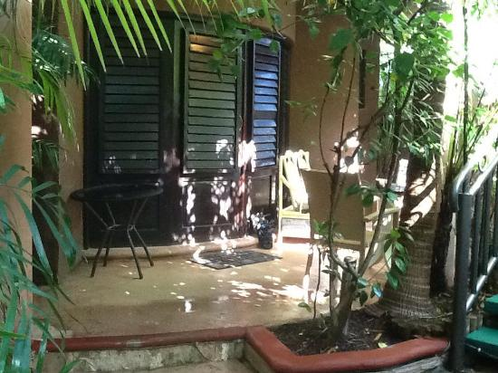 Coco's Cabanas: Bungalow porch