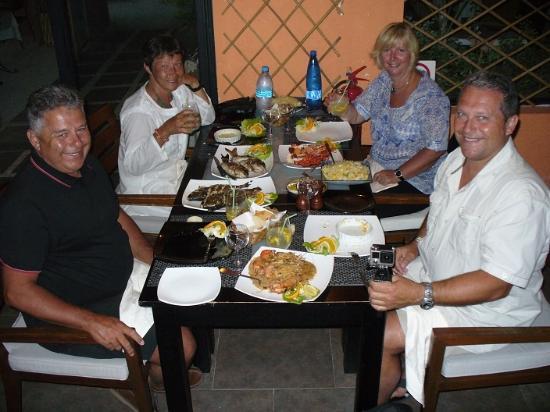 Sirokan Restaurant: Une table de 6 pour 4 n'est pas assez grande...