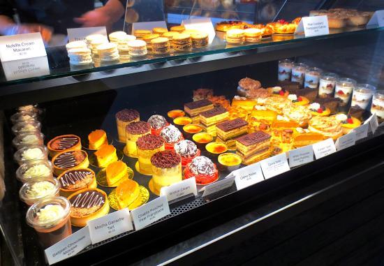 Needham, Μασαχουσέτη: A full case of sweet treats!