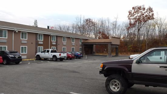 Quality Inn Chicopee-Springfield : Parking Near Room