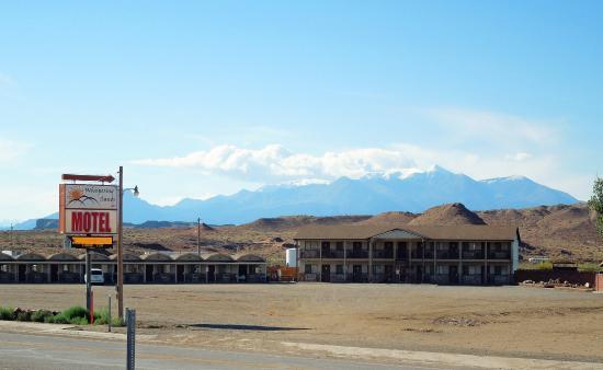 Hanksville, Utah: Whispering Sands Motel Exterior