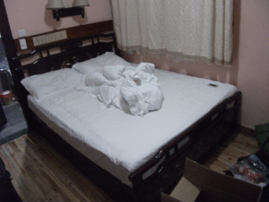 Bamboo House: Nice size bed. Also TV with dvd player!