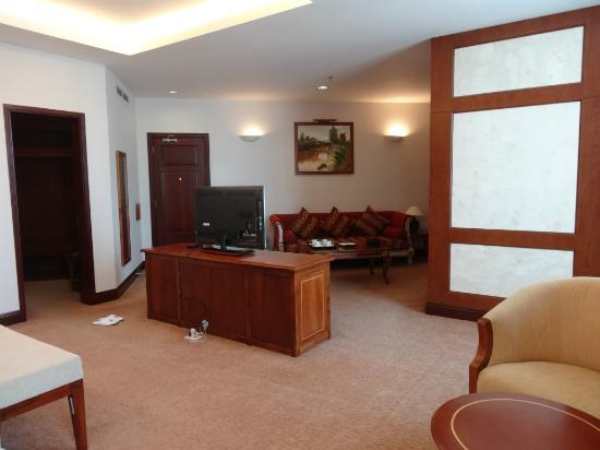 Tan Son Nhat Hotel: Suit room