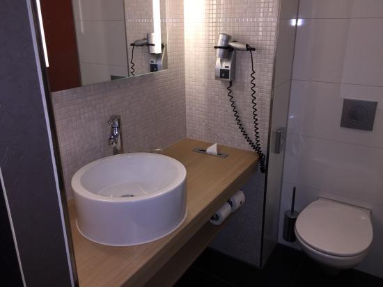 Design Badkamers Utrecht : Bed met achterin een doorkijkje naar de badkamer Изображение