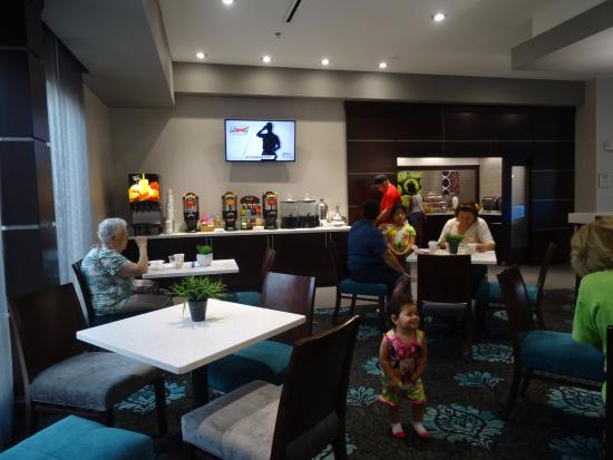 La Quinta Inn & Suites Fort Worth Eastchase: The nice breakfast area