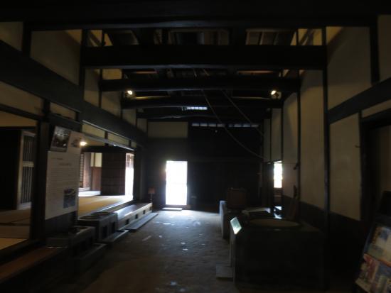 Matsusaka Merchant Museum: 入るとすぐある広い土間