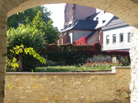 Eltville am Rhein, Germania: View from courtyard through to the rose garden