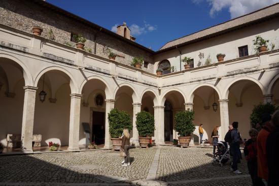 Courtyard at villa d 39 este picture of tivoli tours - Bagni di tivoli ...
