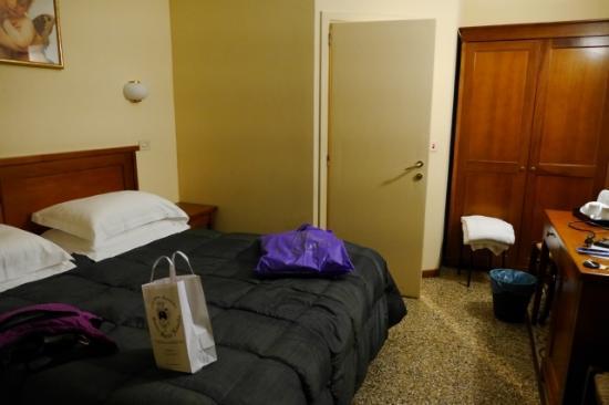 Bellevue House: お部屋はシンプルですが広めです