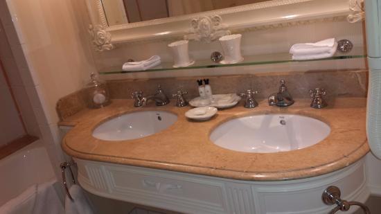 Salle de bain - Photo de Disneyland Hotel, Chessy - TripAdvisor
