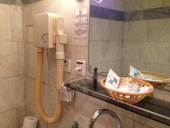 Club 27 Hotel: ванная комната