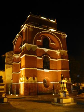 Templo del Carmen: Вечером арка тоже красива