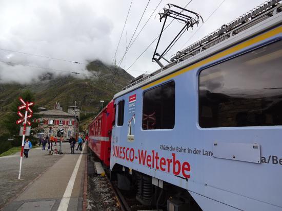 Alp Gruem, Sveits: 電車が出発するところ
