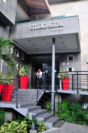 Studio Hotel: Entrada