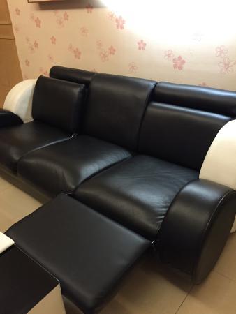 Kung Shang Design Hotel: 空間寬敞,距捷運步行約八分鐘路程,浴室備品齊全,可惜沙發靠背上方都是灰塵。電視螢幕可以360度旋轉,挺方便。早餐乏善可陳,服務人員於客人面前大聲交談,觀感不佳。