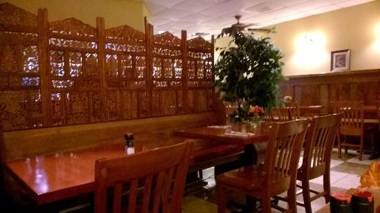 Fat Tomato Pizza & Grill: Lovely, romantic atmosphere. Fresh flowers on the tables.