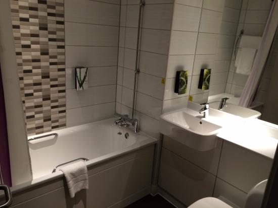 Premier Inn Manchester (Sale) Hotel: Bathroom