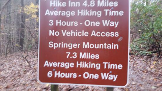 ‪‪Len Foote Hike Inn‬: sign at beginning of hike from Top of Falls parking lot‬