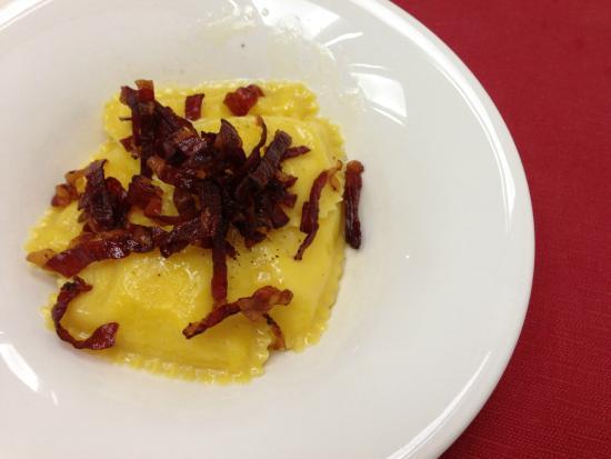Tortelli ripieni di polenta e speck con speck croccante for Aurora italian cuisine