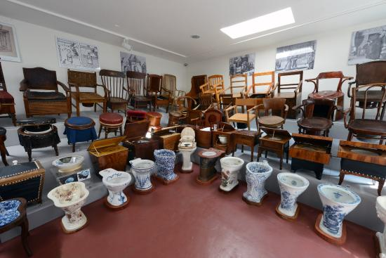 Museum of Chamber Pots and Toilets: Pohled do expozice toalet