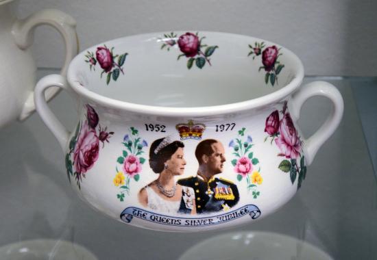 Museum of Chamber Pots and Toilets: Nočník k výročí stříbrné svatby britské královny Alžběty II. a prince Philipa, Anglie 1977