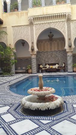 Riad Salam Fes: Très beau patio avec une harmonie d'architecture arabo andalous.  Le cadre est très sympa ainsi
