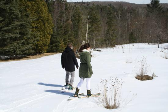 Denbigh, Canada : Guests snowshoeing