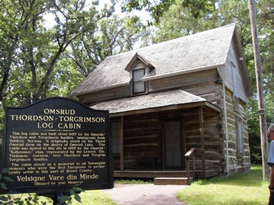 Hanska, MN: Omsrud log cabin