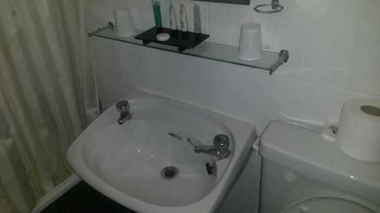 Ambassador Spa Hotel: Cheap bathroom. Fail.