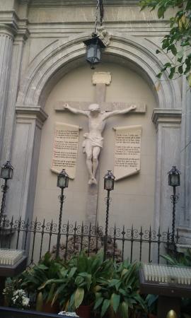 Basilica de Nuestra Senora de las Angustias: Cristo expuesto en el lateral exterior.